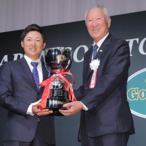 最優秀選手賞を受賞した今平周吾(左)を祝福する、青木功JGTO会長