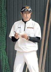 メモを取る宮本コーチ