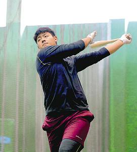 打撃練習をする岡本