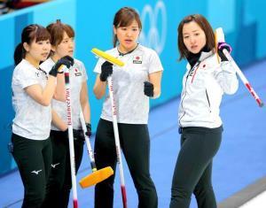 平昌五輪準決勝の韓国戦、作戦を練るカーリング女子日本代表