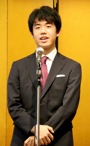 新人王表彰式で謝辞を述べる藤井聡太七段