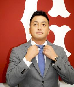 契約更改を終えて会見する巨人・沢村拓一。19%減の1億2150万円でサインした