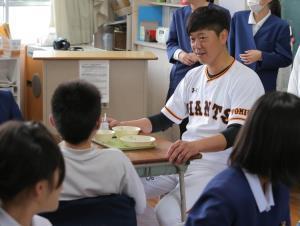 益城町の飯野小学校を訪問し、教室でクイズ等で子どもたちとふれあった内海