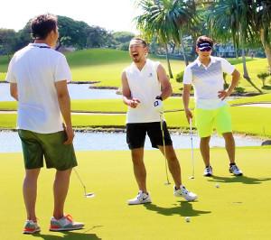 球団主催のゴルフコンペに参加し、笑顔を見せる(左から)新井、菊池、田中(カメラ・種村 亮)
