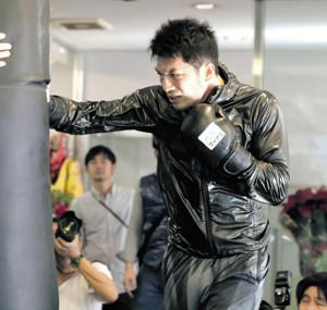 現役続行を発表した村田諒太は気合の表情でサンドバッグを打つ(カメラ・清水 武)