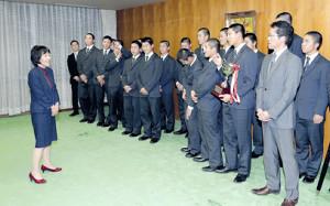 高橋はるみ知事(左)から祝福される札幌大谷ナイン(右から2人目は船尾監督、左から2人目は五十嵐部長)