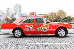 「日清のどん兵衛」がラッピングされた「0円タクシー」