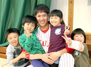 富士大・鈴木(中央)が子供に囲まれて笑顔をみせる