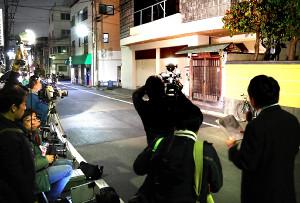 千賀ノ浦部屋には大勢の報道陣が集まった