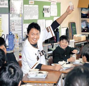川辺小学校の子供たちと給食をともにした長野は、牛乳を一気に飲み干してポーズを取った(カメラ・石田 順平)