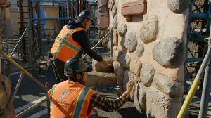 工事現場のサンプルヤードで装飾する作業員(C)Disney