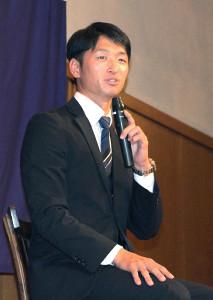 4日に西宮市の関西学院大で行われたパーティーの壇上で話す近本光司外野手