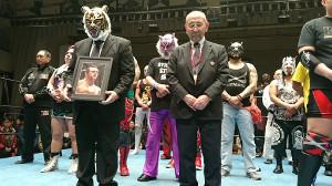 ダイナマイト・キッドさんへ追悼の10カウントゴングを捧げる初代タイガーマスク(左)と新間寿会長