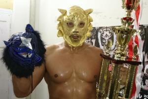 優勝し黄金のタイガーマスクをかぶった船木誠勝