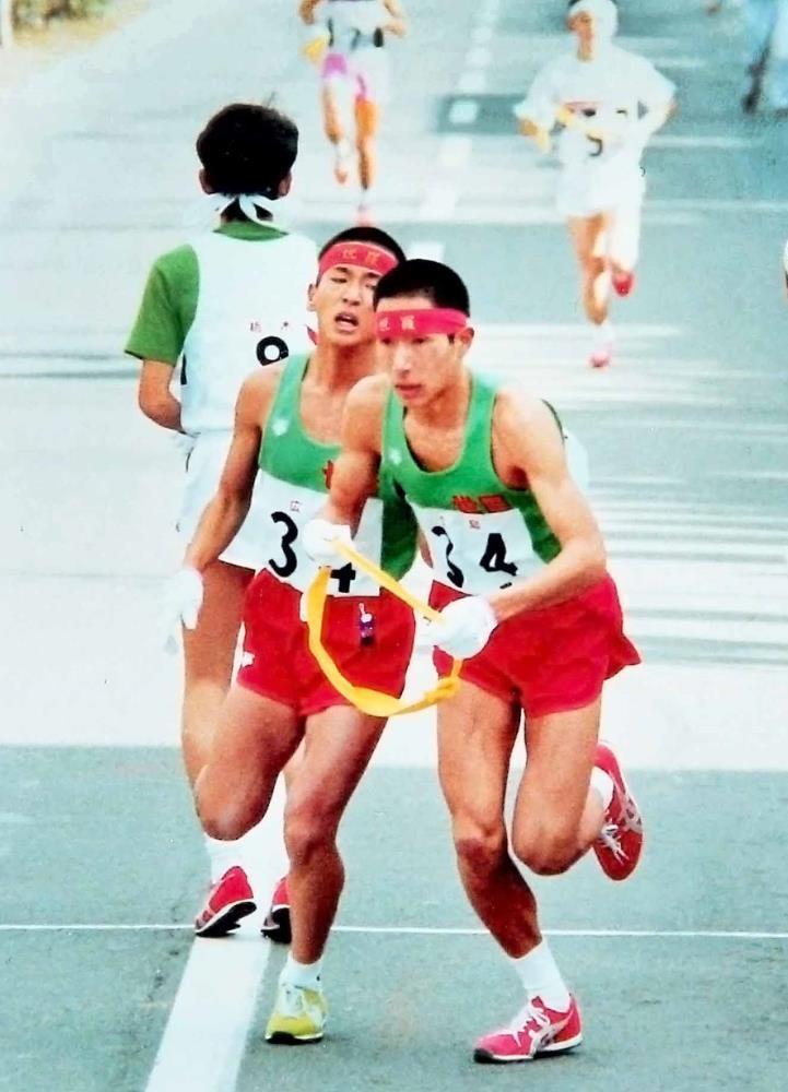 1984年全国高校駅伝で原監督(中央右)と吉田圭太の父・祐嗣さん(同左)はタスキをつないだ(写真提供・吉田祐嗣さん)