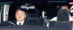 千賀ノ浦親方が運転する車で部屋に到着した貴ノ岩(右奥)