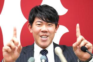 来季から新たに背負う背番号11のポーズをとる山口俊(カメラ・矢口 亨)