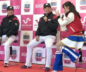 千葉・習志野市内でトークショーに参加したロッテ・江村(左