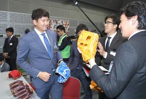 グラブの感触を確かめる巨人・菅野(左)と長野