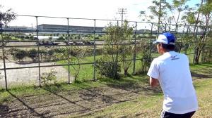 ランニングの合間に園田競馬場の様子をのぞく間寛平(写真提供・MBS)