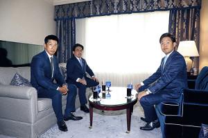 交渉に臨む西(右)と矢野監督(中央は谷本球団本部長)