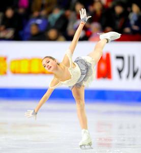 女子SPで演技するザギトワ