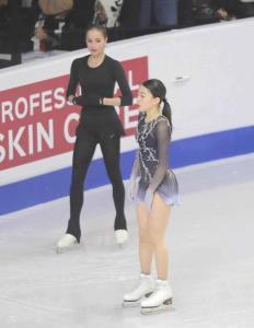 公式練習でザギトワ(左)とすれ違う紀平梨花(カメラ・相川 和寛)