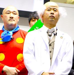 博士風の衣装で登壇した河本準一(左はくまだまさし)