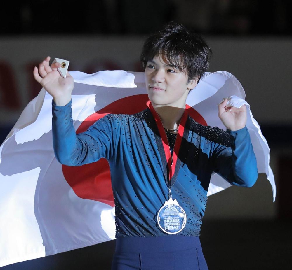グランプリファイナルで銀メダルを獲得し、歓声に応える宇野昌磨