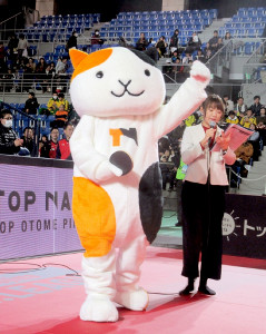 日本生命戦でデビューした名古屋のマスコット「タマタマ」