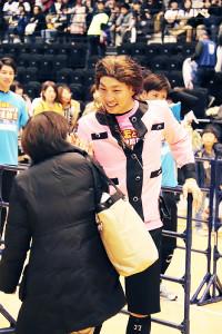 罰ゲームで、平野ノラのコスプレでファンを見送る嶋(カメラ・山口 泰史)