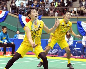 圧倒的な強さでストレート勝ちした園田(右)・嘉村組