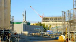 工事現場では左に「美女と野獣の城」、右に「ファンタジーランド・フォレストシアター」が見える(C)Disney
