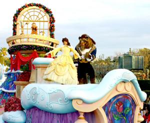 TDLで開催中のパレード「ディズニー・クリスマス・ストーリーズ」で踊るベル(左)とビースト。「美女と野獣」エリアの完成が待ち遠しそう?