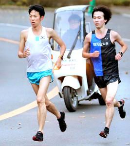 練習をする関東学生連合の近藤秀一(左)と西沢晃佑