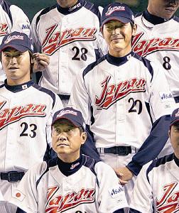 09年のWBCで原監督(1列目左)と共に戦った岩隈(2列目右)同左は青木宣親