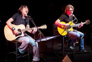 都内で、野村義男(右)とのロックユニット「音屋吉右衛門」のデビュー10周年記念のライブを行った世良公則