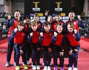 ホーム初勝利を挙げ、喜ぶ名古屋の選手たち