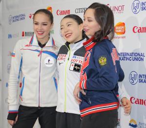 試合後の記者会見で笑顔を見せる(左から)ザギトワ、紀平梨花、トゥクタミシェワ(カメラ・相川 和寛)