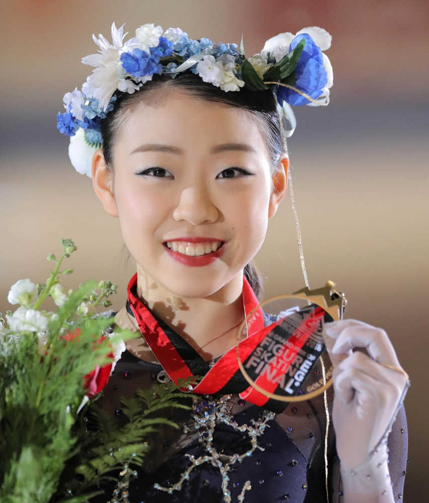 GPファイナル初出場で初優勝を果たし、金メダルを掲げる紀平梨花(カメラ・相川 和寛)