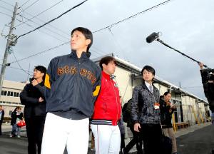 西日本豪雨災害の復興イベントで、広島県の平成ケ浜中央公園応急仮設団地を訪問し、被災地の現状を確認した(左から2人目より)巨人・小林と広島・野村