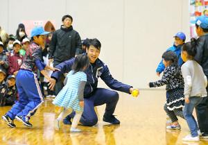 子供たちとゲーム形式の「ならびっこ野球」を楽しんだ菊池雄星