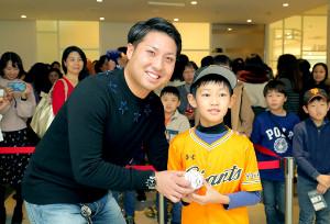 ちびっ子ファンにサインボールを手渡し笑顔を見せる巨人・今村