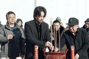 中国映画の主演が決まった綾野剛。北京でのクランクインを控え、風水の習わしのもと安全祈願を受けた