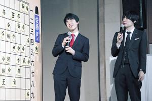 佐藤天彦名人(右)に勝利し笑顔の藤井聡太七段