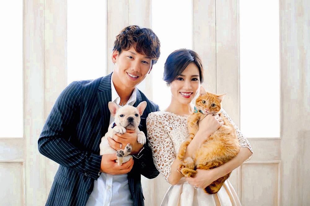 結婚した管理栄養士のゆり香さんとのツーショット写真を公開した吉田正。抱いている猫の名前はブライス、犬の名前はハーパー。憧れのナショナルズ・ハーパーにちなむ名前だ(本人提供)