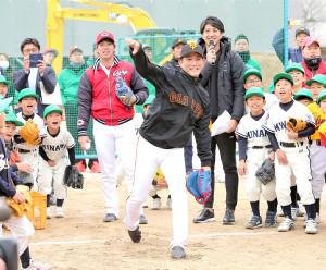 西日本豪雨災害の復興イベントで野球教室を行い、強肩を披露した巨人・小林(中央)と、広島・野村(同左)