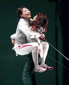 女子フルーレで優勝して姉の莉央(右)と抱き合う東晟良(代表撮影)