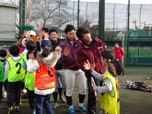 早大野球部OB会の野球振興イベントに参加し、参加した少年少女とハイタッチを交わす巨人・重信