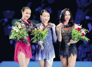 表彰台で笑顔を見せる紀平(左は2位のザギトワ、右は3位のトゥクタミシェワ)